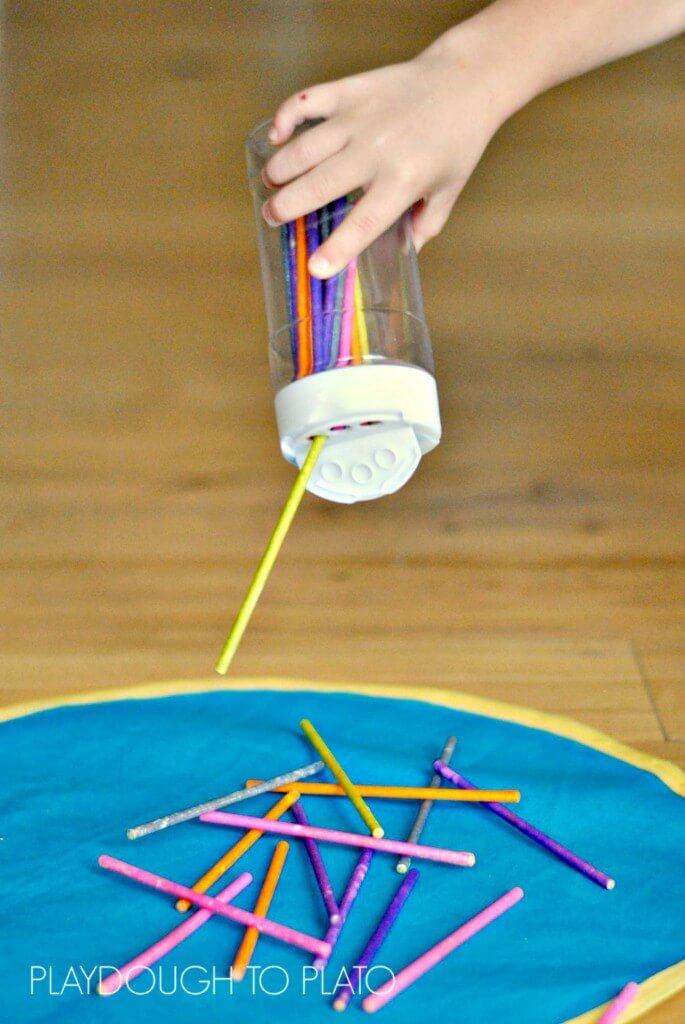 This fine motor activity is designed just for little toddler fingers, and it's way easy to set up, too! -- Playdough to Plato