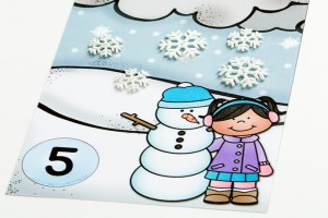 Free snow counting cards! Such a fun way to practice the numbers 1 to 10. You could use white pom poms for snowballs, snowflake stickers, white buttons... lots of things!